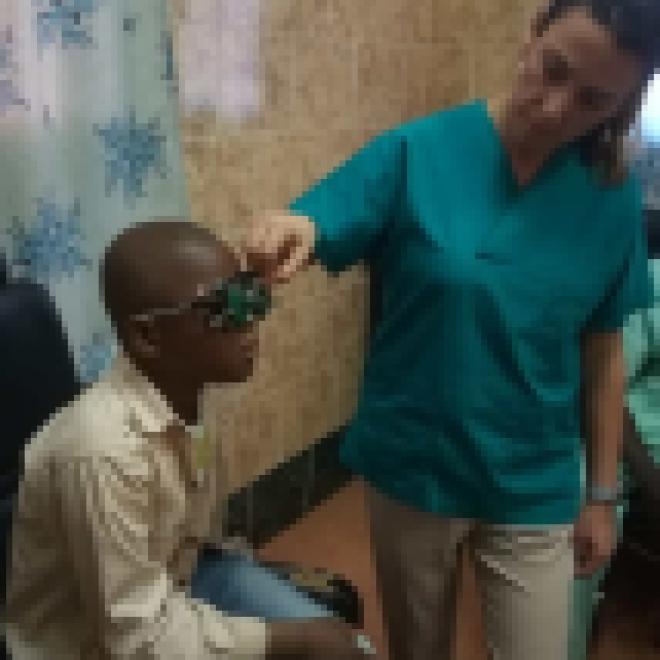 Gennaio 2019 Patrizia misura il visus ad un giovane Maliano